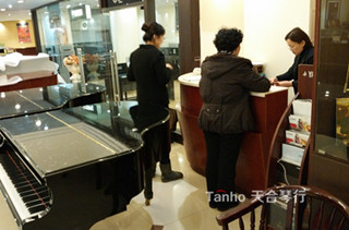 珠江钢琴R1,退休大妈网上找到天合琴行