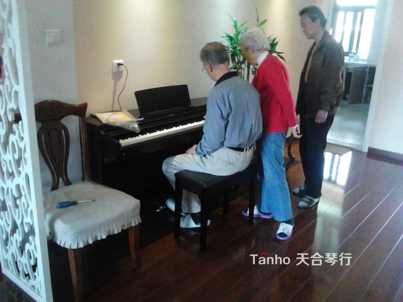 老两口买雅马哈电钢琴,网上选定天合琴行