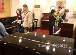 母亲节,孝子孝女纷纷来天合琴行买钢琴送给妈妈
